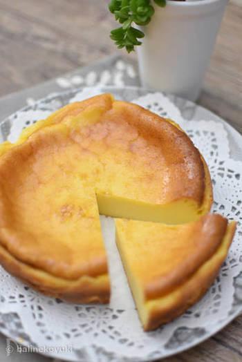 ほんのり塩気がきいたベイクドチーズケーキ。チーズの風味が爽やかで濃厚な味わいです。  ①クリームチーズ、サワークリーム、  グラニュー糖をすり混ぜます。 ②卵を2~3回に分けて加え、その都度よく混ぜます。 ③生クリームと液体塩こうじを加えてよく混ぜ、  薄力粉を入れ、レモン汁を加えてよく混ぜます。 ④③を型に流しいれ、180度のオーブンで40分程焼きます。 ⑤粗熱が取れたら、冷蔵庫で1晩寝かせたら出来上がり。  液体塩こうじによって味に塩味がプラスされ、夏でも食べやすいケーキです。