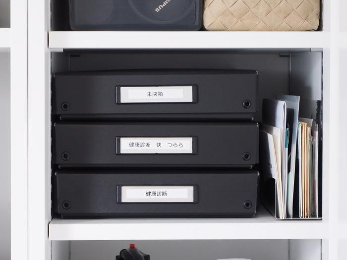 紙ものはどうしてもお部屋の中に散らかりがちなアイテムです。どこに置いたか分からなくなる前に、ひとつの場所に集める習慣をつけておきましょう。未決済の箱などを作って、時間ができたら優先的にこの箱を処理するように心がけるといいですね。未決済のものにもきちんと保管場所を作るというところが大きなポイントです。