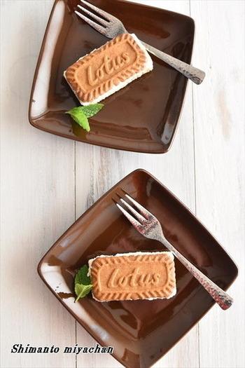 こちらは、世界中で愛されている【Lotus】(ロータス)のビスケットを使ったレシピ。ビスケット同士をぴったりと並べてアイスを乗せ、冷凍庫で固めてからカットすると四角いサンドになります。