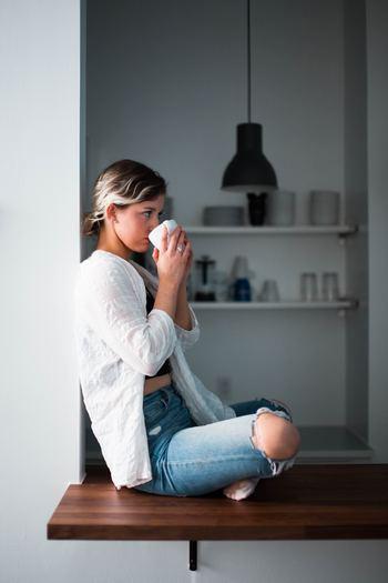 アツアツで飲むのはNGです。カップに入れ、人肌より少し高めの温度・50度前後に冷ましてから飲みましょう。