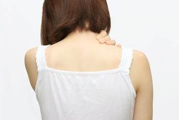 体が冷えると血の巡りも悪くなり、肩凝りや腰痛の原因になることも。白湯を飲むことで体が温まって血のめぐりがよくなり、肩こりや腰痛などの改善にもつながるとされています。