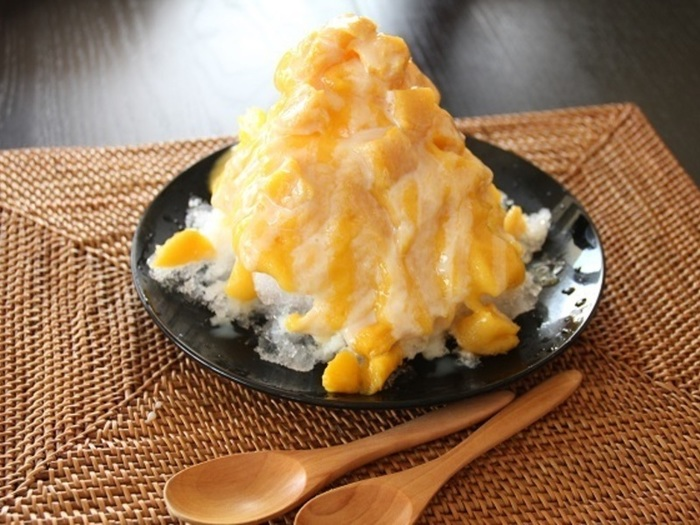 マンゴーの缶詰を使用して作るレシピ。簡単なのにお店で食べるような本格的な味。さいごにコンデンスミルクをたっぷりかけるのがポイントです。