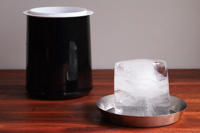 オリジナルで開発した製氷器は二重構造になっていて、時間を掛けて凍らせることで硬くて透明な氷を作ることができます。