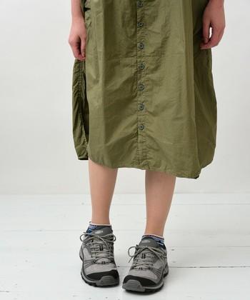 近年は、アウトドアサンダルでも人気のキーン。ブランド独自の防水素材や、女性にあわせて柔らかめのEVA素材を採用したミッドソールが嬉しい。スニーカーの延長のような感覚で、普段のファッションに取り入れやすいのもローカットシューズのいいところ。ナチュラルなコーディネートに合わせて◎