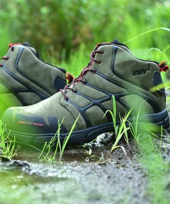 ゴツゴツと堅くて重い登山ブーツが主流だった時代に、しなやかで軽量なレザーのトレッキングブーツを実現したのが、イノヴェイトの「ロックライト」。2010年デビュー当時の色を完全復刻したモデルは、内装にゴアテックスを施し、デザイン性と機能性を兼ね備えています。