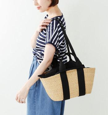 ストラップが付属しているので、かごバッグには珍しくショルダーバッグとしても使えます。取り外し可能なインナーバッグ付きで、中が見えない仕様になっているのも嬉しいポイント。