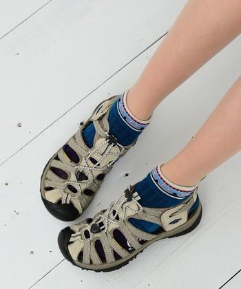 爪先までしっかり守ってくれて、スニーカー感覚で履けるキーンの定番サンダル。ビビットカラーから、アースカラーまで幅広いラインナップも嬉しいですね。