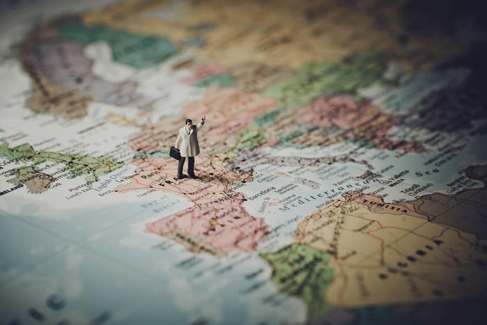 ひとり旅は、気ままで気楽だからいい。確かにその通りなのですが、ふわっとした気分のまま出かけてしまうのは、ちょっともったいない。せっかく休暇を取っていくのだから、自分を思いっきり楽しませるプランを考えてみて。「憧れていたあの国に今年こそ!」とか「あのイベント、一度は生で見てみたい!」なんて、色んな思いを書き出してみるといいかもしれません。同伴者がいないから誰に気兼ねすることもありません。自分の描く旅のプラン、ちょっと欲張りでもいいんです。プランニングしているときからもう旅は始まっていますよ。