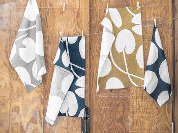 スウェーデンのブランド「Fine Little Day(ファインリトルデイ)」のティータオルは、お皿や手を拭くのはもちろん、かごや家電の目隠しにしたり、小窓のカフェカーテンに使っても◎。WATERLILIES(ウォーターリリー)柄は、その名の通り、睡蓮が生地いっぱいに描かれたデザインです。