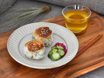 """京都・清水焼の鎬(しのぎ)の丸皿は、大きめなので、パスタやお肉、魚などメイン料理を乗せるのにぴったりなサイズ感。""""鎬""""とはヘラなどで縞模様を作る装飾技法のことで、ひとつひとつ丁寧に手彫りで表現されています。"""