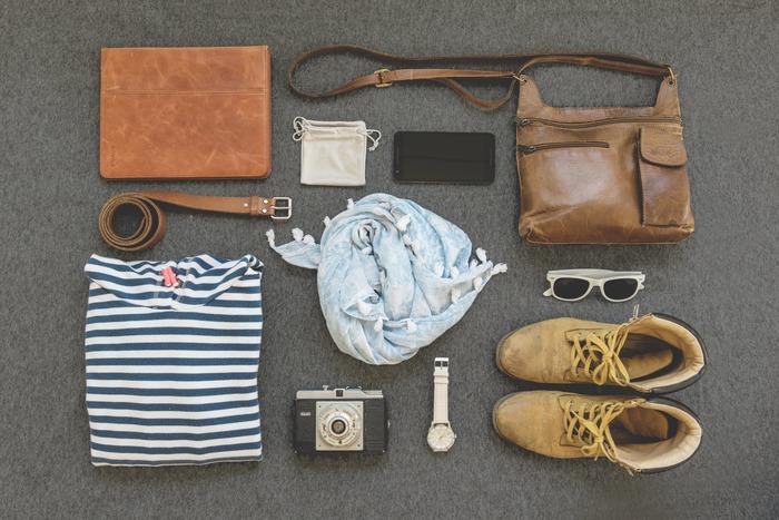 旅の持ち物はできるだけシンプルに、小回りが利いて、応用範囲が広いものを選びましょう。たとえば、薄手のストールは、肌寒いときにちょっと羽織るのにも使えますが、日よけにも使えます。洋服も着回ししやすく、着心地のよいもの、しわになりにくいものを選びましょう。お財布やパスポートなどの貴重品は常に身に着けておきたいので、小さめのポシェットはマスト!薄手のエコバッグや巾着袋も荷物が増えた時や仕分けにあると便利です。貴重品の他、常備薬や鎮痛剤など現地調達が難しいものは必ず忘れないようにしましょう。