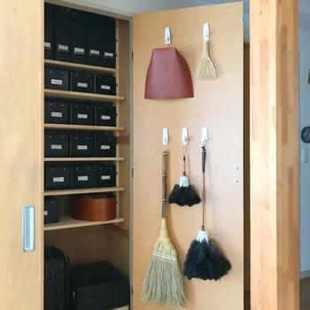 なんとなく部屋の隅っこに置きっぱなしにしがちなお掃除道具も、こんな風に物置の扉の後ろにまとめて吊せば、取り出しやすくすっきりしますね。
