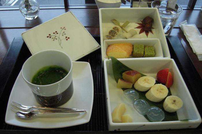 祇園スイーツカフェ限定の「祇園フォンデュ」は、わらび餅や団子、焼き菓子やフルーツに抹茶チョコレートをつけていただきます♪