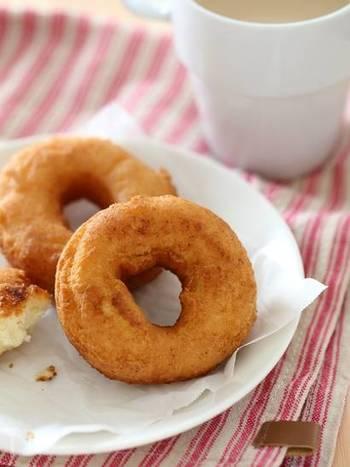 片栗粉を加えてさっくりシンプルに仕上げたドーナツです。お家にある材料で、意外に簡単に作れます。味にアレンジを加えたり、トッピングをしても美味しくいただけます。  ①バターをクリーム状になるまで混ぜ、  砂糖を2回に分けて加え、さらによく混ぜます。 ②卵を少しずつ加えて混ぜたら、牛乳を加え混ぜます。 ③粉類を加え、さっくりと混ぜます。 ④厚さ7mm程に生地を伸ばし、型で抜きます。 ⑤160度の油で、こんがり揚げたら出来上がり。