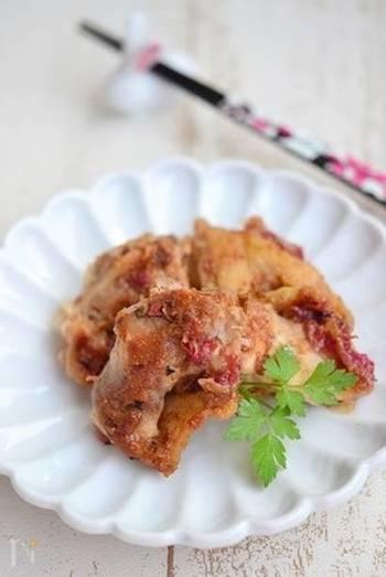 梅肉でさっぱりと味付けをした鶏もも肉のグリル。ジューシーなもも肉とさっぱりとした梅、おかかが食欲をそそります♪