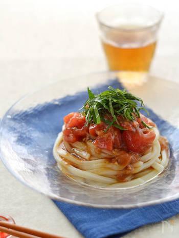 冷やしうどんに、トマトと梅肉(たたき梅)、大葉を刻んでいただく夏らしいレシピ。暑くて元気や食欲がないときにも、冷凍うどんを使えば手軽に、ペロリと食べれてしまえる一品の出来あがりです。