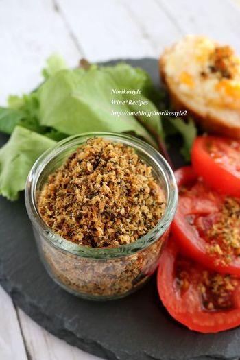 お好みのハーブとパン粉で作るカリカリふりかけ。スライスしたトマトにかけるだけでおしゃれな前菜になるほか、茹でたポテトやグラタン、パスタのトッピングなど、活用シーンはいろいろ。
