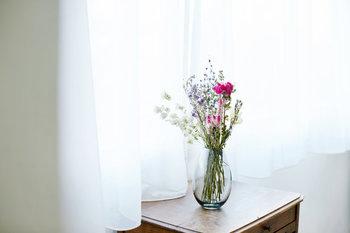 キナリノでも大人気のデンマーク王室御用達ブランド 「Holmegaard (ホルムガード)」のフラワーベース。日常使いしやすい高さ17cmと小さめのサイズに、ナチュラルなインテリアにも合わせやすい「アクア」 と「スモーク」の2色。「アクア」と「スモーク」は、札幌のお店SUU別注の限定カラーです。 安定感があるので、1輪でもボリュームのある花束でも、花の種類を問わずにきれいに生けることができますよ。