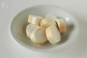手で粗く砕いた麩を揚げ物に使えば、カリフワの衣の出来上がり。いつものフライが軽い食感に変わります。