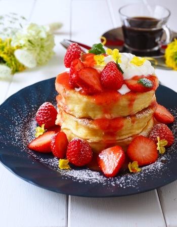 パンケーキなら食べたことあるし、つまんない、といわれそうですが、このフレンチトースト×パンケーキならいつもとは一味違います。フルーツをたくさん用意して、一緒に飾れば見た目もキレイなおいしいフレンチパンケーキの出来上がりです!