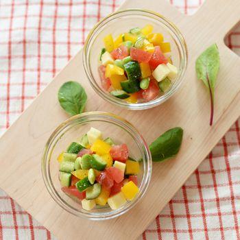 暑い夏の日にぴったりのサラダ。コロコロと小さく切って混ぜるだけなのでもちろん子供達と一緒に作ることができます。味付けもあっさりしているので、こってりとしたハンバーグやカレーなど子供の好きなメニューともよくあいますよね。