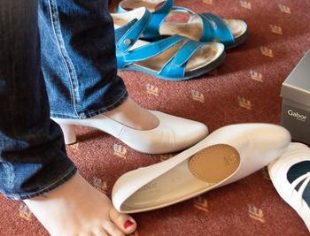 クッション性の低い靴の中で足の同じ部分に刺激を受け続けると、そこだけ次第に角質が厚くなり、魚の目の原因となることがあります。また、合わない靴の形に長時間足指を押し込めていることで関節に変形が起こり、外反母趾に悩む女性も後を絶ちません。靴選びの失敗は決して一時の我慢ではなく、からだ全体の健康にも深く関わっているのです。