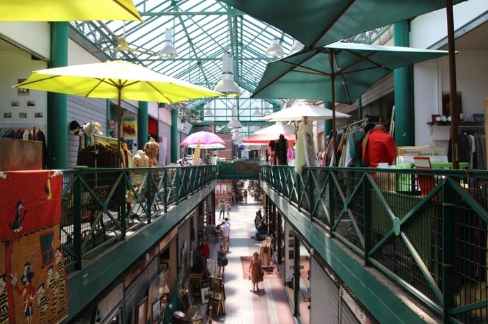 クリニャンクールとはこの地域全体を呼ぶ名称となっており、駅周辺にはいくつかのマーケットと蚤の市が開催されています。「マルシェ・ドフィーヌ(Marche Daophine)」と呼ばれるマーケットは建物の中にあるので、お天気の悪い日でもショッピングしやすいですね。