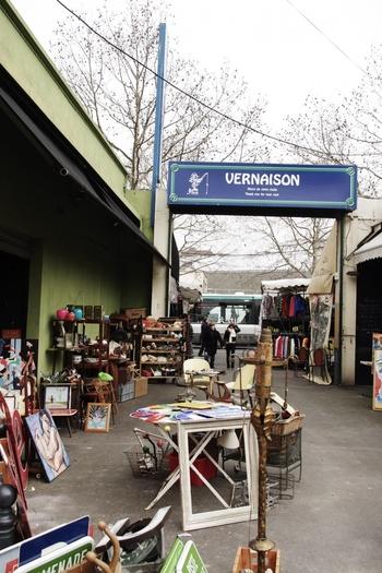 「マルシェ ヴェルネゾン(Marche Vernaison)」は、クリニャンクールのマルシェの中でも最も古いといわれているエリア。手元に置きたくなる小物が多く揃っています。アンティークの雑貨、手芸品、おもちゃ、絵画、食器、インテリア用品などを扱った小さくて個性的なお店がたくさん集まっているんですよ。