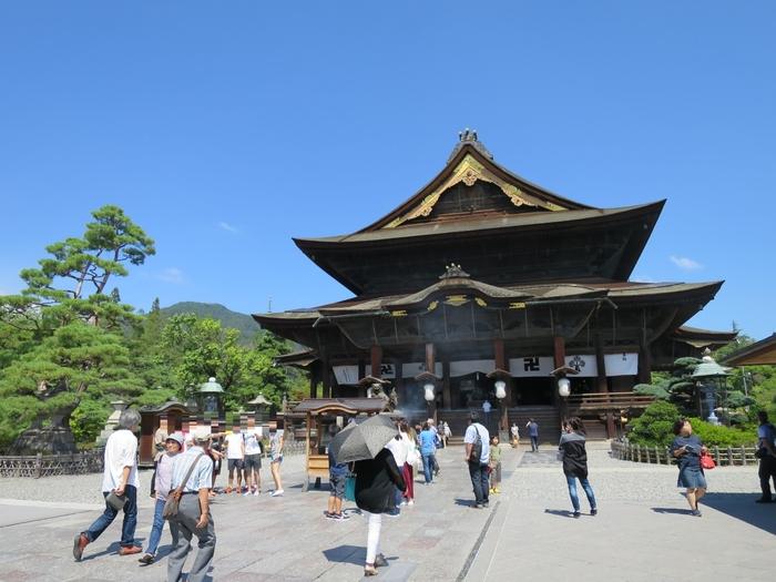 仁王門、仲見世通り、山門と続き、その先にあるのが国宝にも指定されている本堂です。創建以来約1400年の歴史を持つ、誰でもお参りができる無宗派の寺院には、日本で最古の仏像と伝わる「一光三尊阿弥陀如来」をご本尊とし、江戸時代の末には、「一生に一度は善光寺詣り」と言われるほど昔から多くの人に親しまれています。