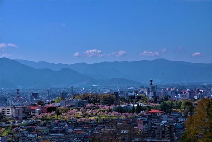 山の中腹にある雲上殿からの展望も素敵。四季折々の美し長野市の光景を楽しめます。
