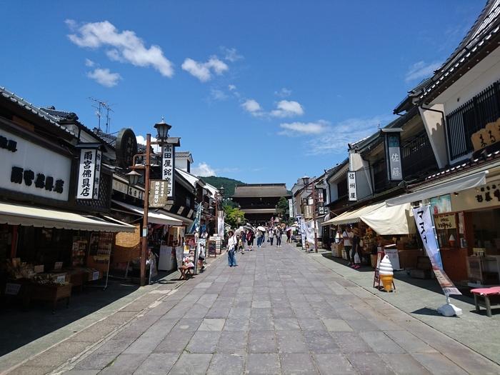 仁王門をくぐった先には、趣のあるお店が並ぶ仲見世通りがあります。長野駅から徒歩で来たり、七福神巡りをしたら、ここで休憩やランチ、または食べ歩きなどゆったり楽しんではいかがでしょうか。善光寺からの帰りにまたお土産探しに立ち寄っても良いかも。
