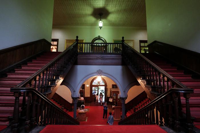 また、1888年に「北海道庁の本庁舎」として建築された、アメリカ風アレンジ・ネオバロック様式のレンガ造りの建物は外観がとても美しく、アンティークの雰囲気が漂う内部も雰囲気があり素敵です。目の前に広がるエントランスホール、階段付近の柱やアーチの上に施された彫刻の美しさは必見!