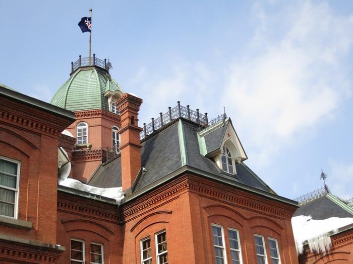「北海道庁旧本庁舎」に訪れたら、是非注目したいのが、赤い星。 北海道開拓使が用いた「北辰旗」と呼ばれる旗には北極星をイメージした赤い星があしらわれていたそうです。その北極星を、建物を建てる時にも取り入れたのがきっかけで、赤レンガ庁舎だけでなく、いくつかの札幌の観光スポットでは赤い星を見ることが出来るんだそうです。