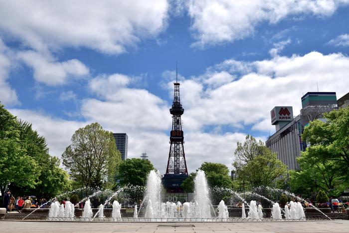 大通り公園の最東端にそびえ立つ「さっぽろテレビ塔」は、街を歩いていても自然と目に飛び込んでくる、札幌のシンボルです。 さっぽろテレビ塔といえば、札幌の地を訪れた際には、必ず写真におさめておきたいスポットのひとつ。大通り公園西4丁目の噴水横からは、テレビ塔と公園、街並みがバランスよく写せるのでおすすめです。