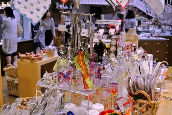 この店で特に人気が高いのは、食とキッチンの雑貨が並ぶ「KITCHEN」フロア。 センスの良いキッチン小物は、どれもセンス良く実用的。輸入菓子やジャム、調味料まで揃っているので、料理好きでなくても足を運ぶ価値のあるショップです。