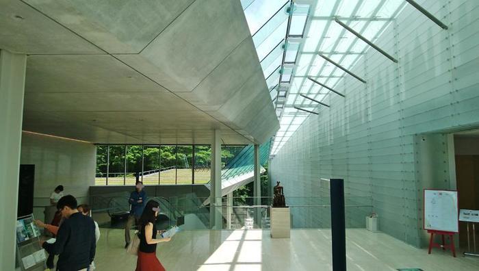 箱根は、豊かな自然環境や景観を活かした美術館が数多く点在する地です。 【富士箱根伊豆国立公園の立地を活かして建築された「ポーラ美術館」】
