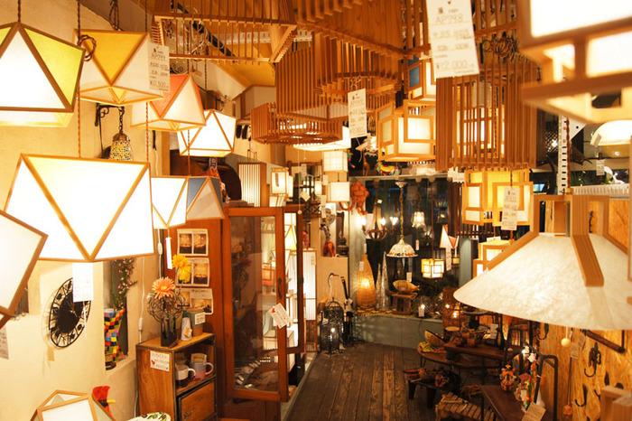 カフェのすぐ近くにある「Lampada」の店内。オリジナルの和風照明や、ヨーロッパ、アジアのランプがところ狭しと並んでいます。世界各国の雑貨や食器などもあり、一度中に入ると、見どころが多くてしばらく出られないかも?