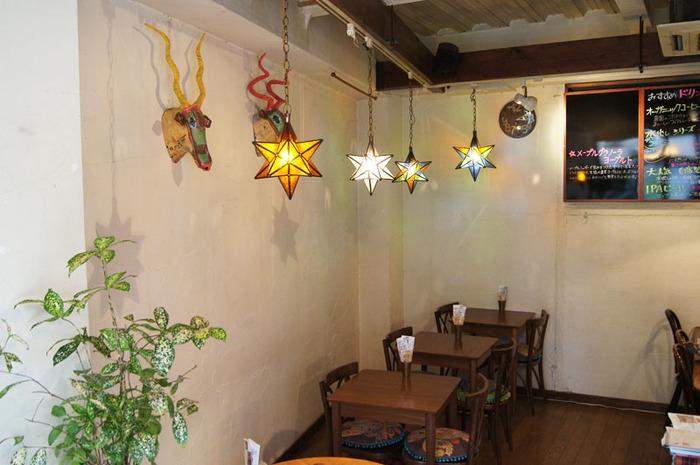 カフェ「LampadaⅡ」では、実際に販売している照明が使われています。こちらはモロッコのランプ。色とりどりのガラスが、エキゾチックながらもほっとする空間を作り出していますね。