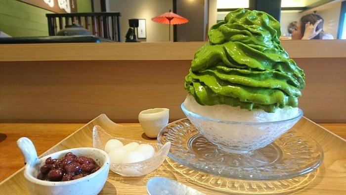 ここのカキ氷と言ったらこれ!「宇治抹茶氷のエスプーマ仕立て」。エスプーマで作られた抹茶部分はムースみたいなフワフワな食感。天然氷使用、しかも2種類の抹茶をブレンドしているというこだわりっぷり。甘い香りと抹茶らしい爽やかな苦味がくせになるカキ氷です。