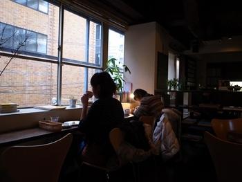 窓の外を眺めてゆっくりしても。ライトをつけて勉強したり、天井をぼーっと見つめたり。どんなお客さんにとっても居心地のよい静かな時間を過ごすことのできる空間になっています。