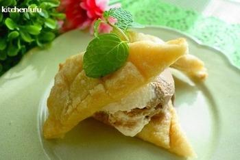 メロンパンのクッキー生地のように見えるのは、実はトーストをアレンジした物。小麦粉・砂糖・溶かしバターを混ぜて食パンに塗り、格子模様を付けてトースターで焼いているんです。焼きたてにアイスをサンドして、ひんやり&サクサクを楽しみましょう!