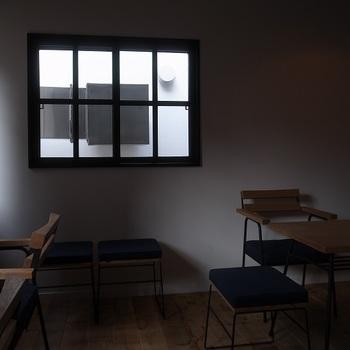 たどり着いてドアを開けると、まるで古くからの友人宅にお邪魔したかのような落ち着きのある空間が広がります。