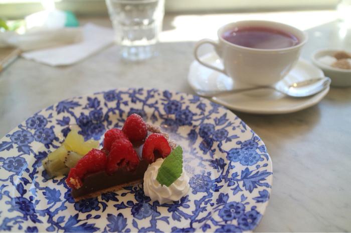 ランチやスイーツも期待を裏切らないおいしさ。ランチは数種類ありますがおすすめは「よくばりプレート」。おすすめの紅茶やケーキも選ぶことができるから、ぜひおいしい紅茶と一緒に堪能してみて。