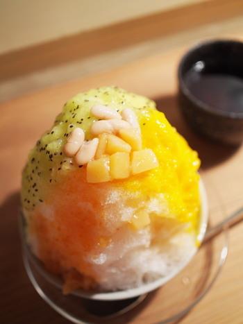 こちらは、天然素材にこだわったトッピングや新鮮な果物を使った自家製シロップが人気のお店。なんとカキ氷の種類は「本日のカキ氷」の1種類のみ。何種類かのシロップとインゲン豆がのせられたカキ氷は、まあるいフォルムがフォトジェニックで可愛らしいですね。