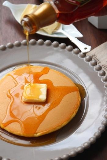 お家によくある材料で、思い立ったらすぐに作れるパンケーキ。卵をたっぷり使った懐かしい味です。ベーキングパウダーを加えればさらにふっくら仕上がりますよ。  ①粉類をふるって混ぜておきます。 ②卵と牛乳を混ぜ、溶かしバターも入れて混ぜます。 ③①に②を入れ混ぜ合わせます。 ④しっかりとあたためたフライパンを、  塗れ布巾の上に乗せ一度少し冷まします。 ⑤強めの弱火にかけ、生地を高いところから流し入れ、  蓋をして2~3分焼きます。 ⑥ふつふつと穴があき、きれいな焼き色がついたら裏返し、  1分程焼きます。 ⑦お好みでバターやメープルシロップをかけていただきます。