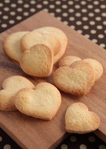 バターの風味が広がるサクサク美味しいシンプルなクッキー。アイシングを施したり、ココアなどを入れてアレンジも自在です。  ①バターをほぐし、粉糖、塩を加え、  白っぽくなるまで練り混ぜます。 ②卵黄、バニラエッセンスを加え混ぜます。 ③薄力粉を加え、さっくりと切り混ぜます。 ④ラップに包み、厚さ4~5mmに伸ばし、  冷蔵庫で1時間程休ませます。 ⑤型抜きをして、オーブンで12~15分焼いたら出来上がり。