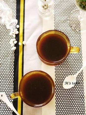 夏にさっぱり食べられる大人味のコーヒーゼリー。他にジュースを使ったゼリーにアレンジも出来ます。  ①鍋に、水、インスタントコーヒー、砂糖を入れて火にかけ、  よく混ぜ、沸騰直前で火を止め、  柔らかくしておいたゼラチンを混ぜます。 ②器に入れ、冷蔵庫に入れて冷やし、  固まったらガムシロップとミルクをかけて出来上がり。  甘さの好みに合わせて、ガムシロップを多めにしたり、メイプルシロップを使うとまた味に深みが出て◎