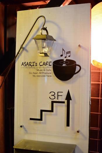 ビルの隙間、狭い路地を抜けて階段をあがると広がるカフェ。DJの店主さんらしく、看板やBGMにもこだわりが感じられます。