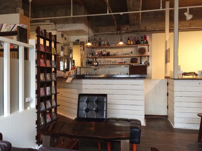 店内にはたくさんのCDやレコードもあり、無骨でかっこいい空間。国分町の中にあり「今日はお酒を飲みたくないな」という男性でも一人で入りやすい貴重な隠れ家カフェですね。