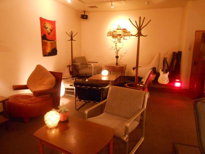 広さは10人ほどが入れるほど。だからこそ、自分の「部屋」のようにゆったりと過ごすことができるんです。いろんな椅子が置いてあるから、好みの椅子を探してみて。